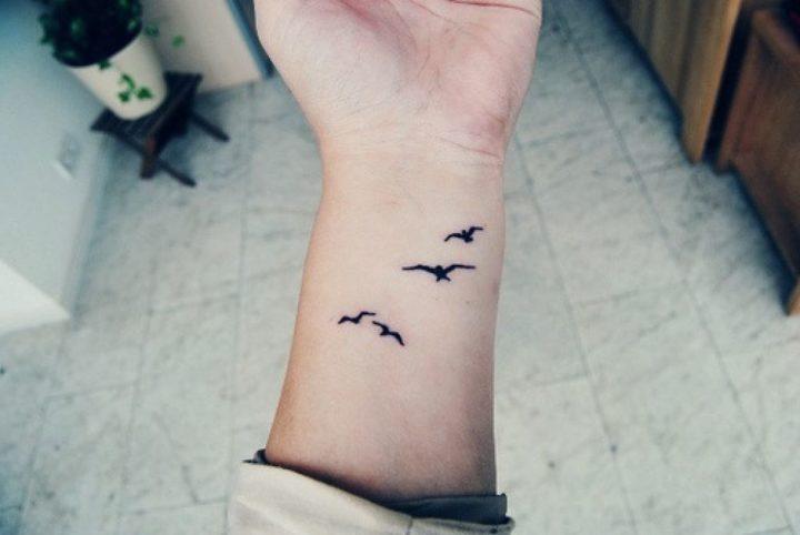 Tatuagens delicadas veja frases e desenhos lindos para se inspirar