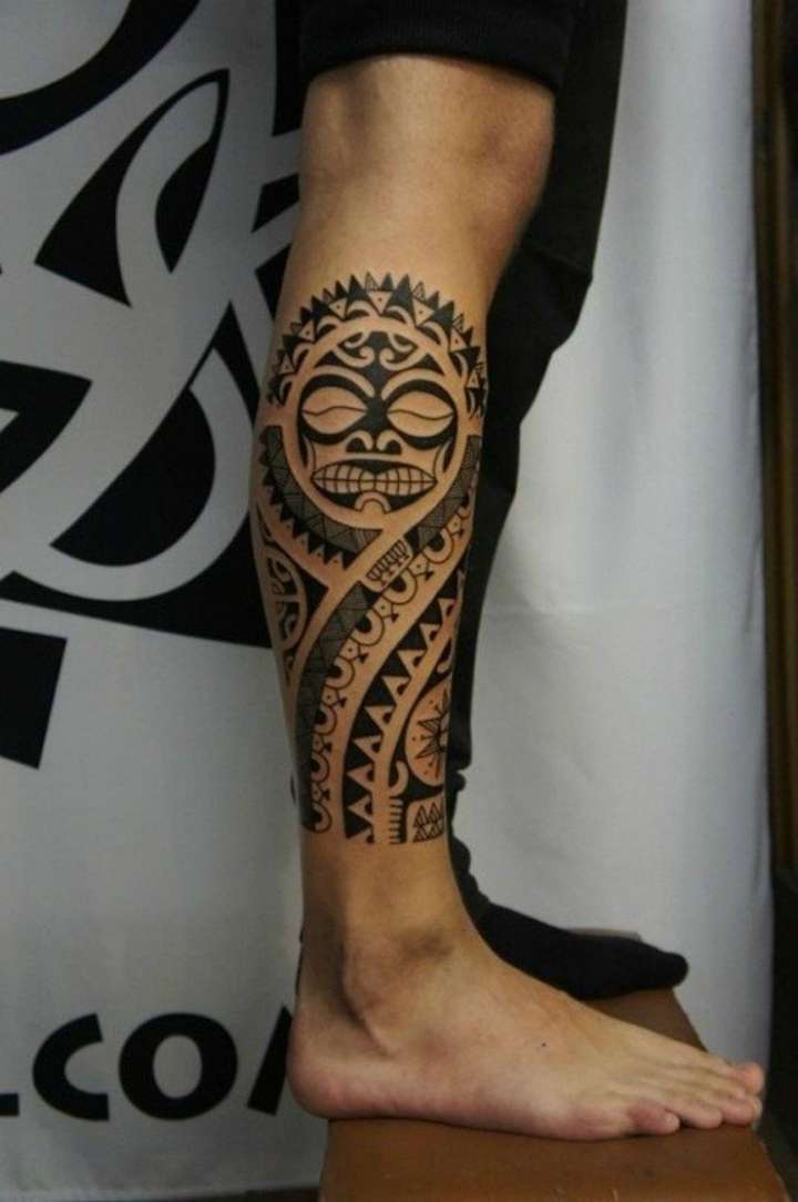 Tatuagem maori na panturrilha