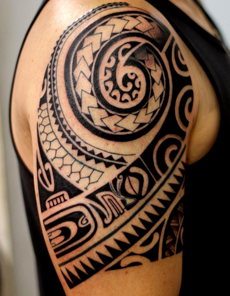 Tatuagem tribal no braço círculos
