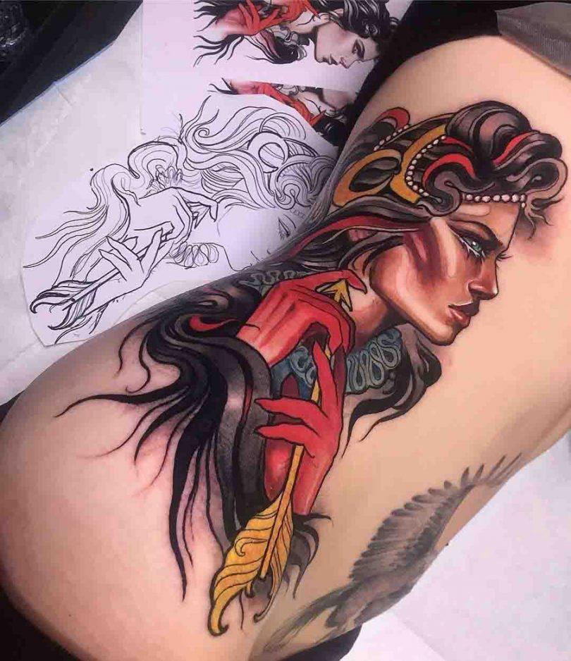 Tatuagem na costela colorida para mulher