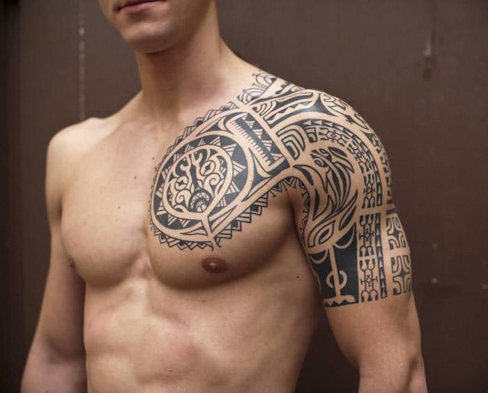 Tatuagem tribal no peito