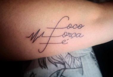 """Tatuagem """"foco, força e fé"""""""