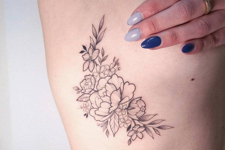 Tatuagem na costela feminina