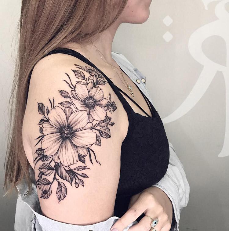 Tatuagem no ombro feminina